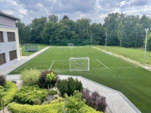 Boisko piłkarskie z piłkochwytami