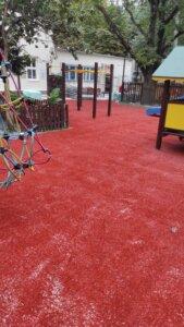 Plac zabaw ze sztucznej trawy